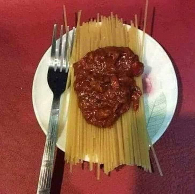Boleh juga nih idenya, makan spaghetti mentah.